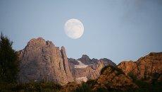Восход полной луны. Северные склоны горного массива Чадым
