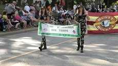 Ковбойские шляпы, короны и камуфляж – яркие наряды на параде близнецов в США