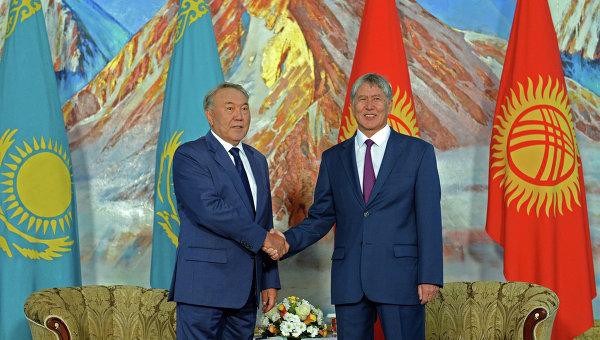 Нурсултан Назарбаев и Алмазбек Атамбаев во время церемонии отмены таможенного контроля на киргизско-казахстанской границе