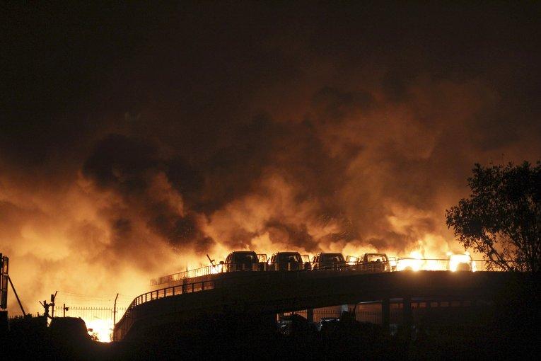 Горящие здания склада опасных веществ в промышленном городе Тяньцзинь