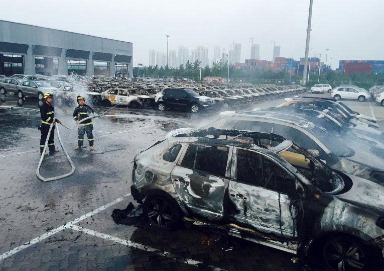 На месте взрывов на складе опасных веществ в промышленном городе Тяньцзинь в Китае