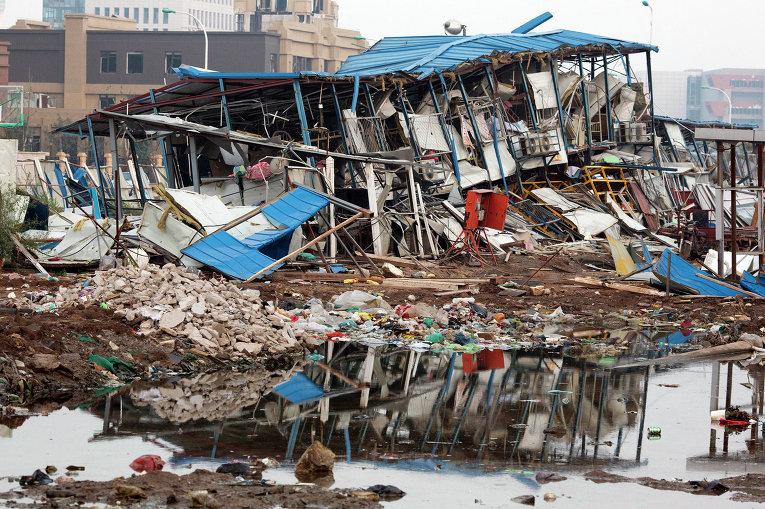 Разрушенное здание общежития в результате взрывов на складе опасных веществ в промышленном городе Тяньцзинь в Китае