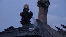 Пожарные тушили крыши загоревшихся после обстрела домов в Донецке