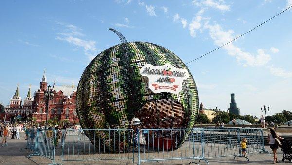 Инсталляция в форме арбуза на площадке городского праздника Московское лето. Фестиваль варенья