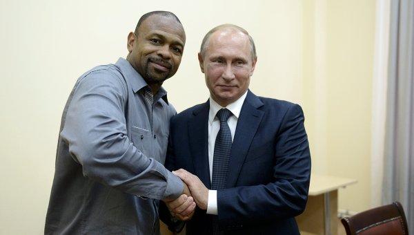 Президент России Владимир Путин во время встречи в Севастополе с известным американским боксером Роем Джонсом-младшим