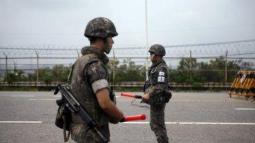 Южнокорейские солдаты на контрольно-пропускном пункте возле границы с КНДР