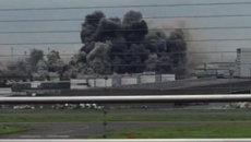 Густой дым поднялся над заводом в Токио во время пожара. Съемка очевидца
