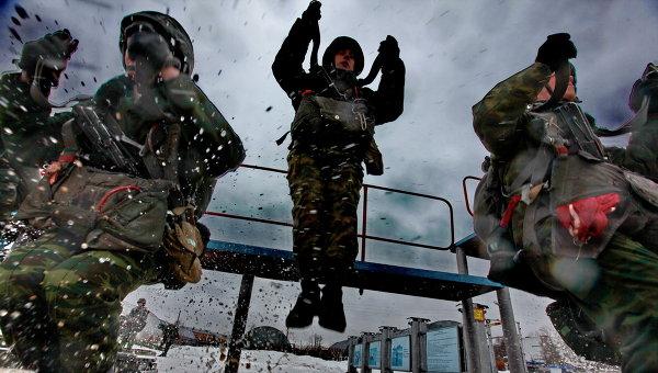 Служащие воздушно-десантной дивизии воинской занимаются тренировкой прыжков с парашютом. Архивное фото