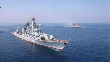 Флагманский корабль Черноморского флота гвардейский ракетный крейсер Москва в Севастополе. Архивное фото