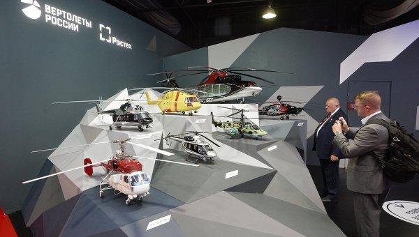 Посетители у стенда компании Вертолеты России. Архивное фото