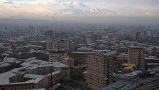 Вид Еревана. На заднем плане - гора Арарат, находящаяся на территории Турции