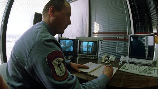 Охранник за пультом наблюдения, Архивное фото