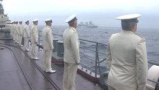 Моряки с борта эсминца наблюдали за парадом кораблей РФ и КНР во Владивостоке