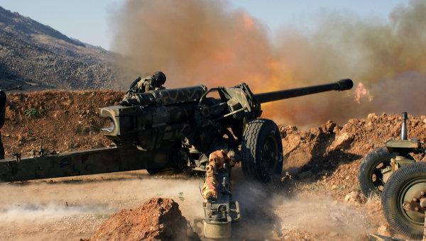 Сирийские военные ведут обстрел позиций исламистов в окрестностях города Эз-Забадани в Сирии. Архивное фото