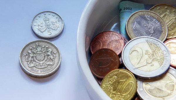 Монеты европейского и британского достоинств, архивное фото