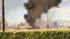 Густой дым поднялся над горящим самолетом в аэропорту Лас-Вегаса