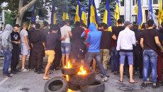 Украинские радикалы жгли шины и выкрикивали лозунги у здания суда в Одессе