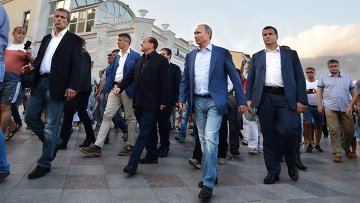 11 сентября 2015. Президент России Владимир Путин и бывший премьер Италии Сильвио Берлускони (в центре) во время прогулки по ялтинской набережной в Крыму
