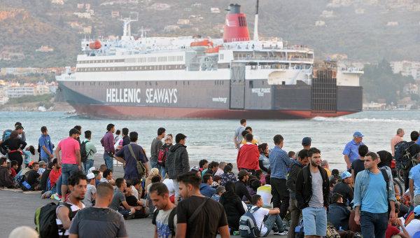 Беженцы с Ближнего Востока в порту города Митилини на греческом острове Лесбос. Архивное фото