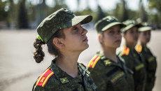Военнослужащие на церемонии прибивания Боевого знамени училища к древку в Донецком высшем общевойсковом командном училище