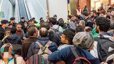 Мигранты, направляющиеся в Германию, на платформе вокзала в Австрии. Сентябрь 2015