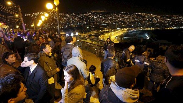 Люди смотрят на океан после массовой эвакуации в Чили в связи с мощным землетрясением и предупреждением о цунами