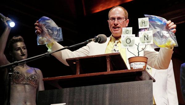 Ученый из Калифорнийского университета получает Шнобелевскую премию за исследования, посвященные формированию белка в курином яйце в процессе кипения