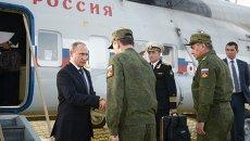 Президент России Владимир Путин (слева) во время посещения полигона Донгузский в Оренбургской области