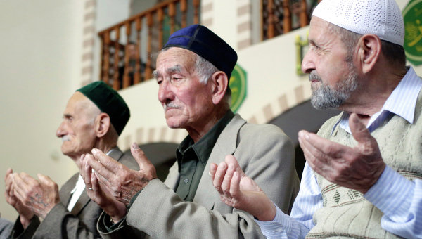 Крымские татары во время молитвы в мечети Кебир-джами в Симферополе. Архивное фото