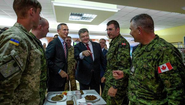 Украинский президент Петр Порошенко и генсек НАТО Йенс Столтенберг во время встречи с украинскими и канадскими военными, архивное фото