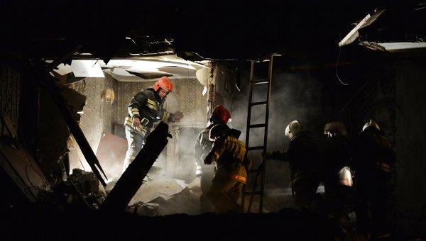 Сотрудники МЧС работают на месте обрушения жилого дома в Омске. Архивное фото
