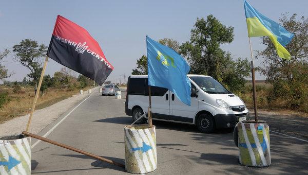 Активисты батальона Правый сектор, запрещенного в России, проводят досмотр автотранспорта на въезде в Крым с территории Украины. Архивное фото