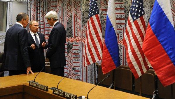 Президент России Владимир Путин, министр иностранных дел РФ Сергей Лавров и госсекретарь США Джон Керри беседуют после встречи с президентом США Бараком Обамой в рамках 70-й сессии Генеральной Ассамблеи ООН в Нью-Йорке. Архив