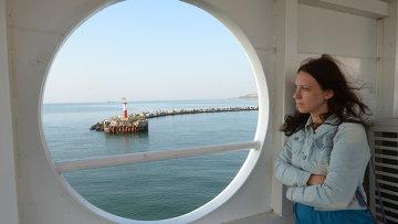 Туристка на пароме в время переправы из Крыма на Кавказ. Архивное фото