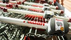 Продуктовые тележки в гипермаркете Ашан. Архивное фото