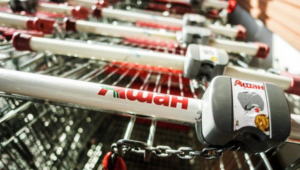 Продуктовые тележки в гипермаркете Ашан на Калужском шоссе. Архивное фото