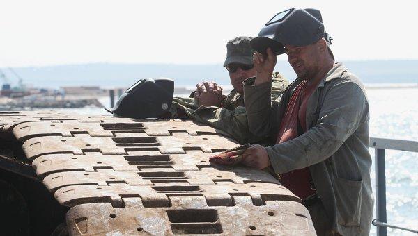Рабочие на временном мосту для технических нужд, установленном перед началом строительства Керченского моста. Архивное фото