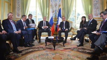 Президент России Владимир Путин и президент Франции Франсуа Олланд (слева направо в центре) во время встречи в Париже. Архивное фото