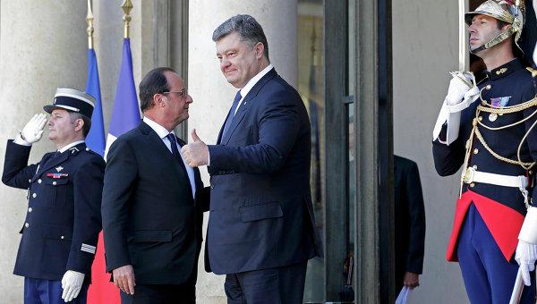 Президент Украины Петр Порошенко и глава Франции Франсуа Олланд во время встречи в Елисейском дворце в Париже. 2 октября 2015