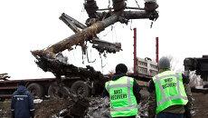 Эксперты из Голландии во время погрузки обломков малайзийского самолета Boeing 777 в Донецкой области. Архивное фото