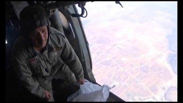 Сброс листовок с вертолета МИ-8 сирийских ВВС на поселения Растан и Тальбисе в провинции Хама
