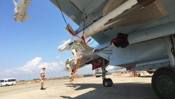 Российские летчики готовятся к полету на истребителе СУ-30СМ на авиабазе Хмеймим. Архивное фото