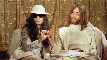Британский рок-музыкант, певец, поэт, композитор, художник, писатель Джон Леннон и японская авангардная художница, певица и деятель искусства Йоко Оно. 1969 год