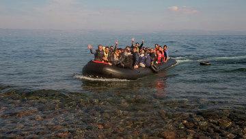 Беженцы прибывают на греческий остров Лесбос. Архивное фото.