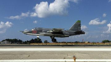 Российский Су-25 взлетает с авиабазы Хмеймим, Сирия. Архивное фото