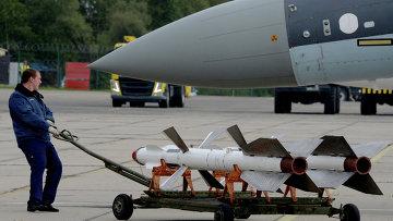 Авиационный специалист во время подготовки самолета Су-35С. Архивное фото