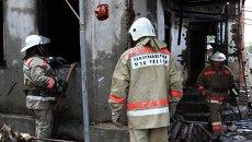 Сотрудники пожарной охраны МЧС России на месте пожара в частном доме. Архивное фото