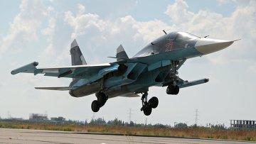 Российский истребитель-бомбардировщик Су-34 садится в аэропорту Латакии в Сирии
