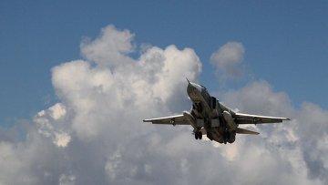 Российский бомбардировщик Су-24 взлетает из аэропорта Латакии в Сирии. Архивное фото