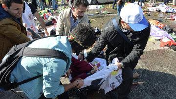 Помощь пострадавшим при взрыве в Анкаре, 10 октября 2015. Архивное фото